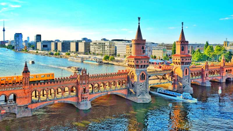 oberbaum-bridge-in-friedrichshain-kreuzberg-berlin