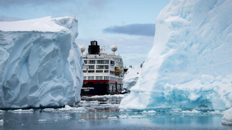 hurtigruten-ms-midnatsol-isfjell-antarktis