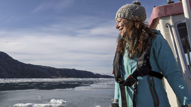 gronland-qassiarsuk-jente-utsikt-isfjell