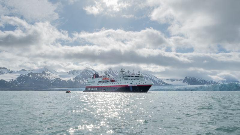 ms-spitsbergen-monacobreen-svalbard-hurtigruten