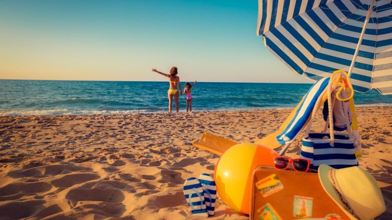 Mor og datter paa stranden
