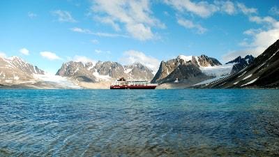 Hurtigruten i Magdalenefjorden på Svalbard. Foto: Renee Schneider/Hurtigruten