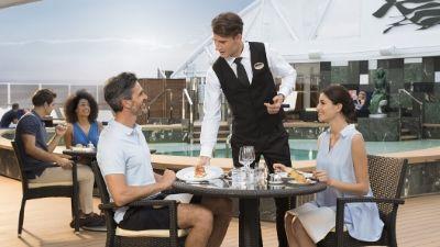 servering-basseng-msc_yacht_club