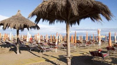 parasoll-solsenger-strand-caorle-adriaterhavskysten-italia
